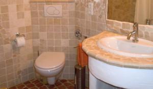 Stilvolles mediterranes Bad mit Dusche